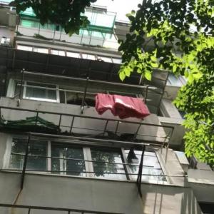 浙江小女孩从4楼阳台坠落身亡!妈妈冲下楼看到女儿晕了过去!邻居:他们一家很不错的